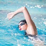 Nuotatore che effettua il colpo di crawl Fotografia Stock Libera da Diritti