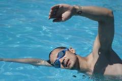 Nuotatore che effettua il colpo di crawl Fotografia Stock