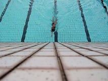 Nuotatore che raggiunge per la parete Immagine Stock