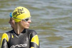 Nuotatore della donna in sua muta umida Fotografia Stock