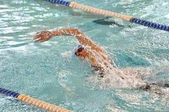 Nuotatore di crawl di fronte Immagini Stock