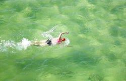 Nuotatore di signora nel bello oceano colorato Fotografia Stock Libera da Diritti