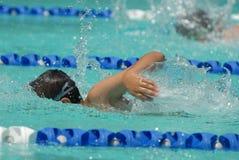 Nuotatore di stile libero davanti al competitore Fotografie Stock