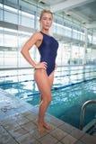 Nuotatore femminile adatto dallo stagno al centro ricreativo immagine stock