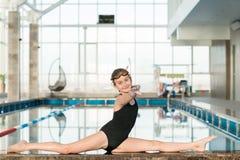 Nuotatore minore flessibile sorridente Immagine Stock