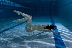 Nuotatore nello stagno sotto l'acqua Fotografia Stock