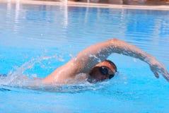 Nuotatore sul raggruppamento Fotografie Stock Libere da Diritti