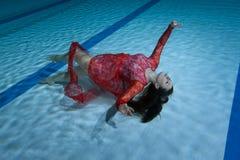 Nuotatore in un vestito rosso Immagine Stock