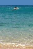 Nuotatore in una baia della st Barth, caraibica Immagine Stock