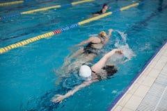 Nuotatori delle donne nello stagno fotografia stock libera da diritti