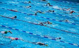 Nuotatori durante il triathlon Immagine Stock