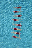 Nuotatori sincronizzati che formano una scala immagine stock