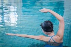 Nuoto adatto della donna Immagini Stock Libere da Diritti