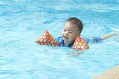 Nuoto asiatico del ragazzo Immagini Stock