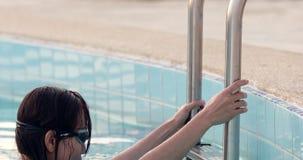 Nuoto asiatico della donna in uno stagno stock footage