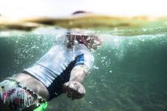 Nuoto attivo del bambino del bambino nel mare durante lo sport acquatico dei bambini di concetto di vacanza di feste della spiagg immagini stock libere da diritti
