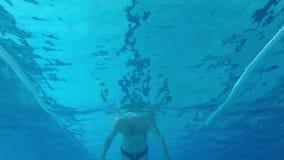 Nuoto caucasico di mezza et? dell'uomo nell'acqua, nella piscina in Palamos in Spagna Metraggio del movimento lento