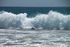 nuoto d'immersione degli uomini nell'onda grande enorme fotografia stock libera da diritti
