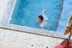 Nuoto del bambino allo stagno Immagini Stock Libere da Diritti