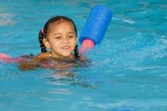 Nuoto del bambino della corsa abbastanza mista nello stagno fotografia stock libera da diritti