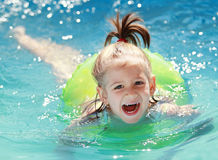 Nuoto del bambino nel raggruppamento Fotografie Stock Libere da Diritti
