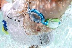 Nuoto del bambino nello stagno subacqueo immagine stock