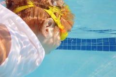 Nuoto del bambino nello stagno subacqueo Immagini Stock Libere da Diritti