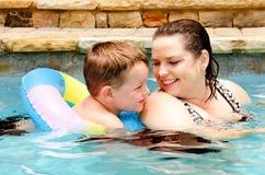 Nuoto del figlio e della madre insieme Fotografia Stock Libera da Diritti