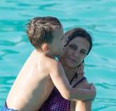 Nuoto del figlio e della mamma nello stagno Fotografia Stock