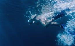 Nuoto del freediver della donna nel mare immagini stock libere da diritti