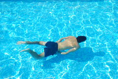 Nuoto del giovane subacqueo fotografia stock