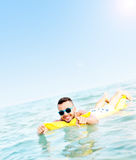 Nuoto del giovane sull'matress Fotografie Stock