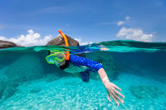 Nuoto del ragazzino nell'oceano Fotografie Stock Libere da Diritti