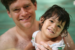 Nuoto del ragazzo del bambino e del padre Fotografia Stock Libera da Diritti
