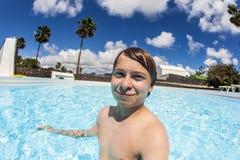 Nuoto del ragazzo nel raggruppamento Fotografie Stock