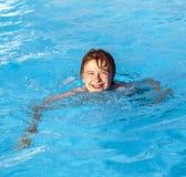 Nuoto del ragazzo nel raggruppamento Immagine Stock Libera da Diritti
