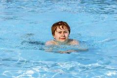 Nuoto del ragazzo nel raggruppamento Fotografia Stock Libera da Diritti
