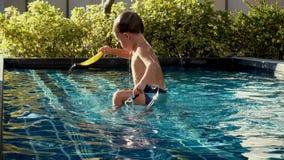 Nuoto del ragazzo nello stagno video d archivio