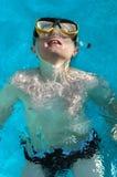 Nuoto del ragazzo su suo indietro Immagine Stock