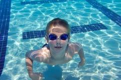 Nuoto del ragazzo subacqueo Fotografie Stock Libere da Diritti