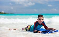 Nuoto del ragazzo sul bordo di boogie Immagini Stock Libere da Diritti