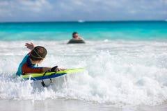 Nuoto del ragazzo sul bordo di boogie Fotografie Stock Libere da Diritti