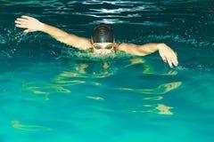 Nuoto dell'atleta della donna nello stagno Fotografie Stock Libere da Diritti