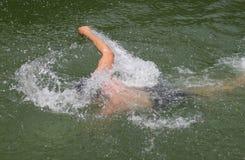 Nuoto dell'uomo fotografie stock
