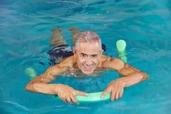 Nuoto dell'uomo in acqua dello stagno Fotografia Stock Libera da Diritti