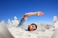 Nuoto dell'uomo in carte Fotografie Stock Libere da Diritti