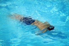 Nuoto dell'uomo nel raggruppamento Fotografia Stock Libera da Diritti