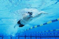 Nuoto dell'uomo nel raggruppamento Fotografie Stock Libere da Diritti