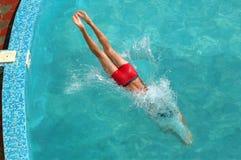 Nuoto dell'uomo nel raggruppamento Fotografia Stock