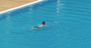 Nuoto dell'uomo nello stagno archivi video